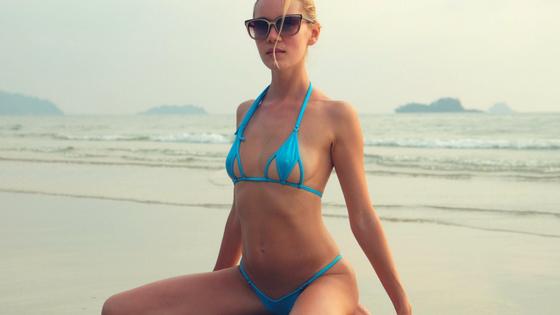 Стройная блондинка на отдыхе в Тайланде в бикини DressToUndress!